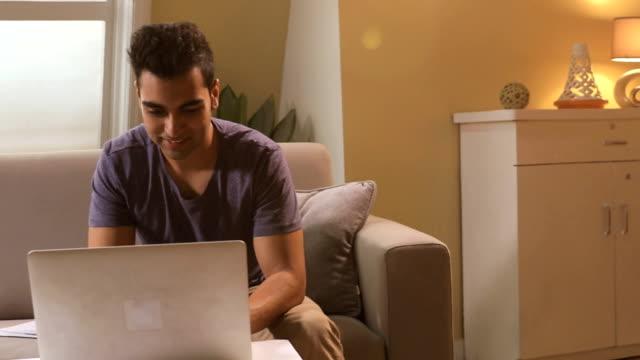 vidéos et rushes de young man working on laptop, delhi, india - seulement des jeunes hommes