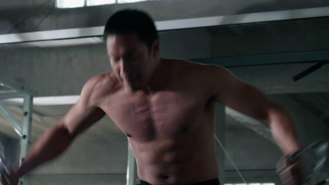 若い男のトレーニング筋肉運動 - 腹筋点の映像素材/bロール