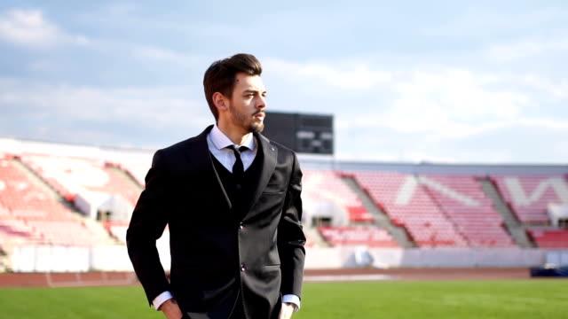サッカーのフィールドで若いマネージャー - 球技場点の映像素材/bロール