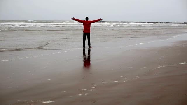 junge männer genießen frische luft am strand - wasserrand stock-videos und b-roll-filmmaterial