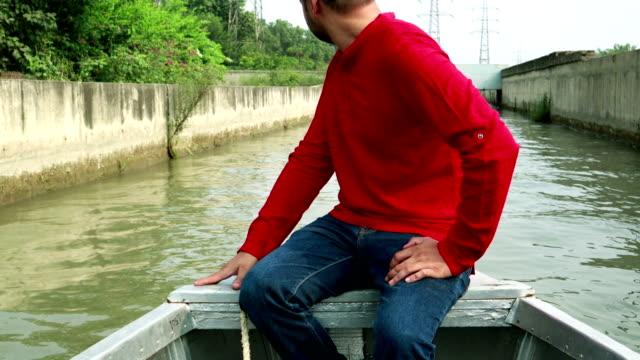 川でモーターボートに乗って楽しむ若い男性 - indian ethnicity点の映像素材/bロール