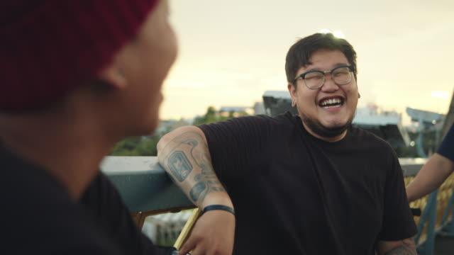 vídeos de stock e filmes b-roll de young men group by bicycle. - equilíbrio