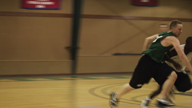 vidéos et rushes de slo mo ws pan ms young men playing basketball in gymnasium / buena vista, virginia, usa - 20 24 ans