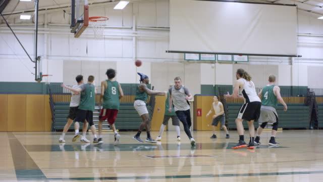若い男性がバスケットボール - 体育館点の映像素材/bロール