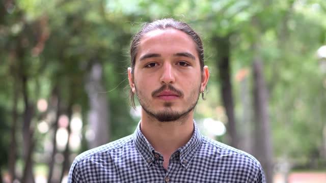 vídeos de stock e filmes b-roll de young men portrait, campus garden. - 16 17 anos