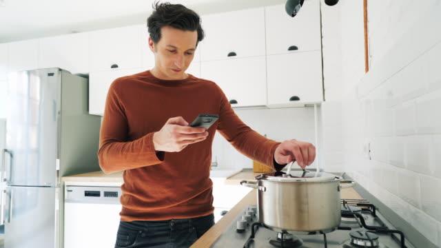 vidéos et rushes de prendre des photos de nourriture des jeunes gens. - photo messaging