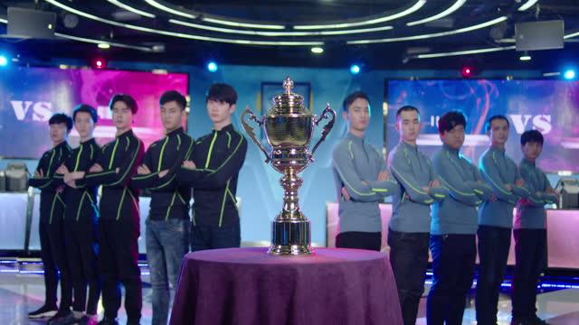 vídeos y material grabado en eventos de stock de young men taking part in esports competition,4k - concursante