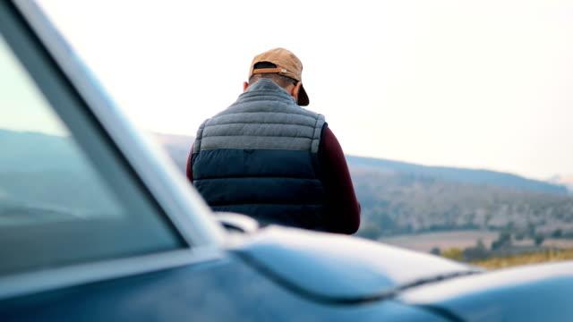 スマート フォンで美しい景色の写真を撮る若い男性 - 写真家点の映像素材/bロール