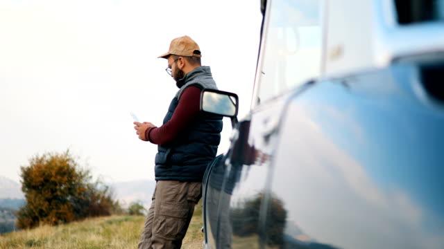 スマート フォンで美しい景色の写真を撮る若い男性 - カメラマン点の映像素材/bロール