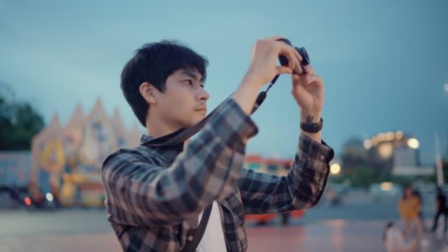 旅行中に写真を撮る若い男性 - カメラ点の映像素材/bロール