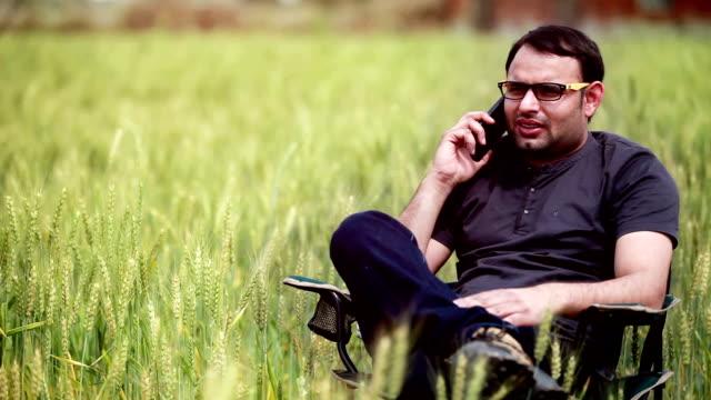 若い男性スマートフォンで話している - indian ethnicity点の映像素材/bロール