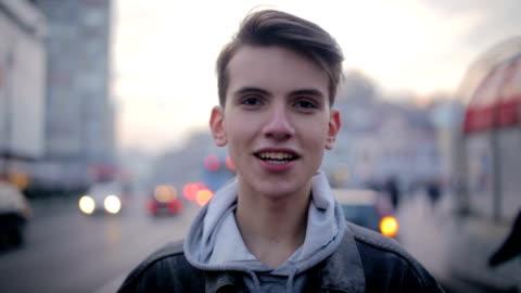 vidéos et rushes de un jeune homme parler - appareil photo