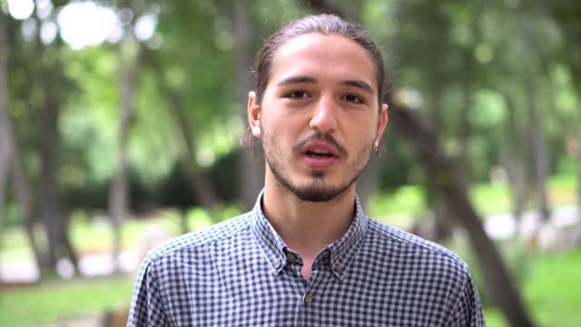 若い男性が話しています。 - image点の映像素材/bロール