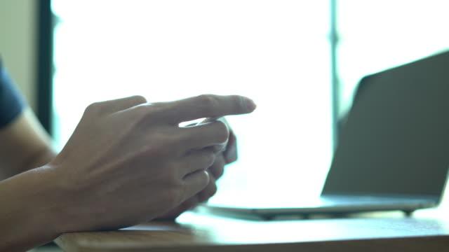 vídeos y material grabado en eventos de stock de hombres jóvenes con teléfonos inteligentes. - sólo hombres jóvenes