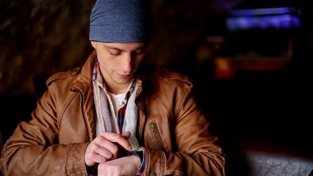 junge männer mit smart-watch - generation z stock-videos und b-roll-filmmaterial