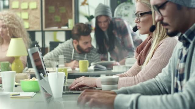 vídeos de stock, filmes e b-roll de jovens trabalhando em call center - fone de ouvido equipamento de som