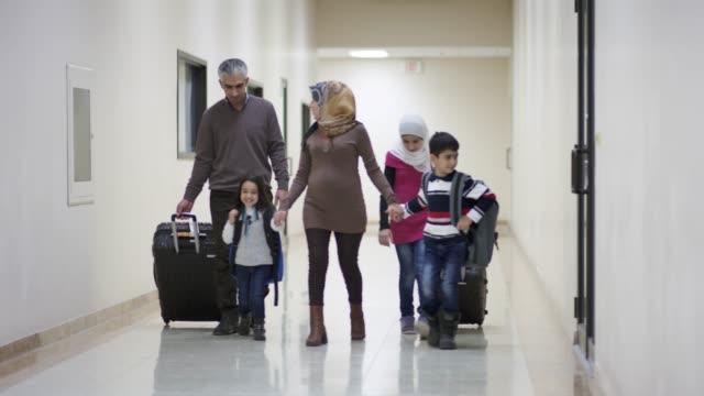 vídeos de stock, filmes e b-roll de jovem família oriente médio imigrar para a américa - emigração e imigração