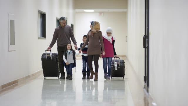 Junge orientalische Familie auswandern nach Amerika