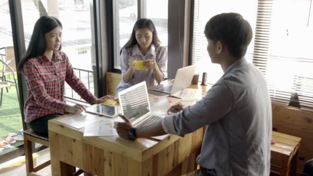 自宅オフィスで仕事一緒に千年若者 - カジュアルウェア点の映像素材/bロール