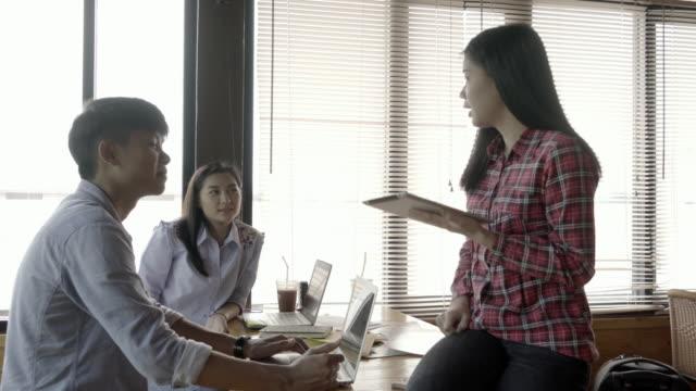 自宅オフィスで仕事一緒に千年若者 - 高精細点の映像素材/bロール