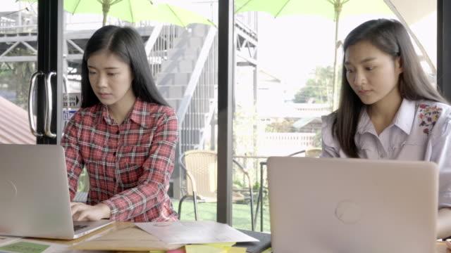 自宅オフィスで仕事一緒に千年若者 - casual clothing点の映像素材/bロール