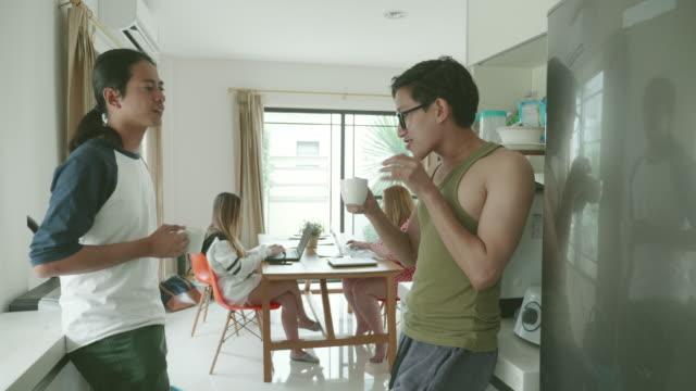 vídeos de stock e filmes b-roll de young millennial working together in the apartment - dividir