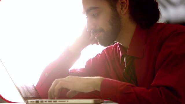 若い混合レース インディアンと白人の人がコンピューターを使用して