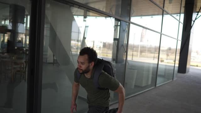 vidéos et rushes de jeune homme mélangé de course, courant de somone - se cacher