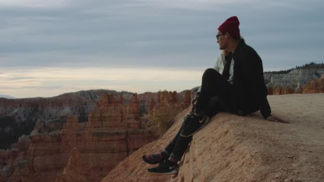 4K UHD: junge gemischtrassige paar einweichen in Bryce Canyon Sunrise