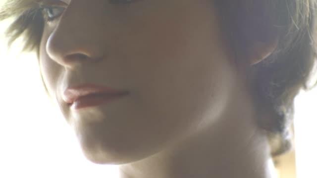 ung modell interagerar - människonäsa bildbanksvideor och videomaterial från bakom kulisserna