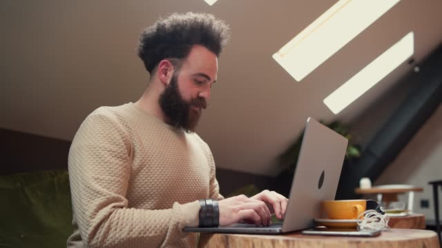 vídeos de stock e filmes b-roll de young modern man using mobile phone in coffee shop - masculinidade moderna