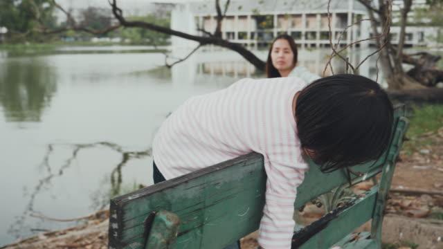 ung mamma och dotter njutning i offentlig park - förälder och barn bildbanksvideor och videomaterial från bakom kulisserna