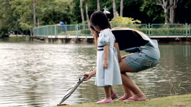 Young Mother And Daughter détente dans le parc Public