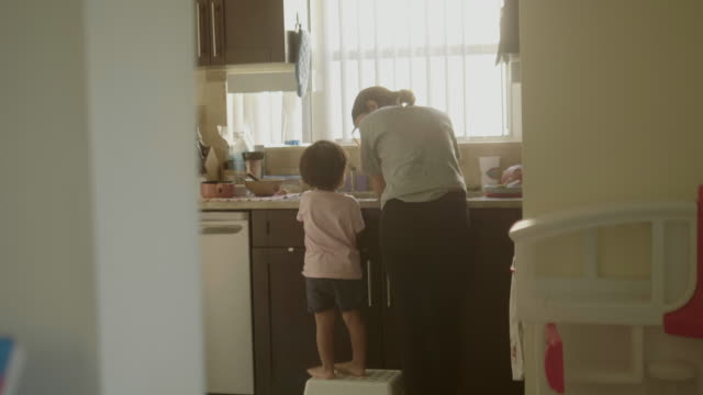 vídeos de stock e filmes b-roll de young mother and son washing hands in kitchen sink - higiene