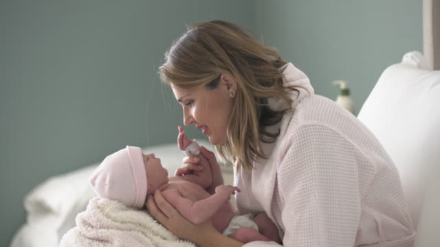 vídeos de stock, filmes e b-roll de ms young mother holding her newborn baby - rosa cor