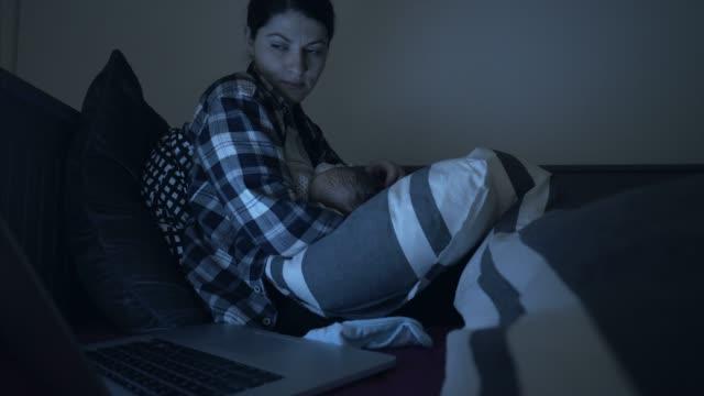 vidéos et rushes de jeune maman au milieu de la nuit. - faire un somme