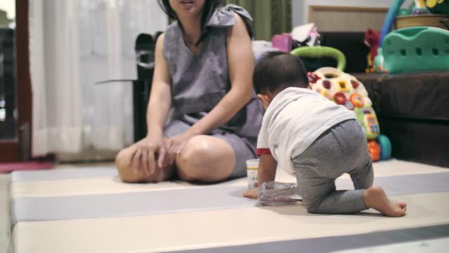 vídeos de stock e filmes b-roll de young mother playing with her toddler son - 6 11 meses