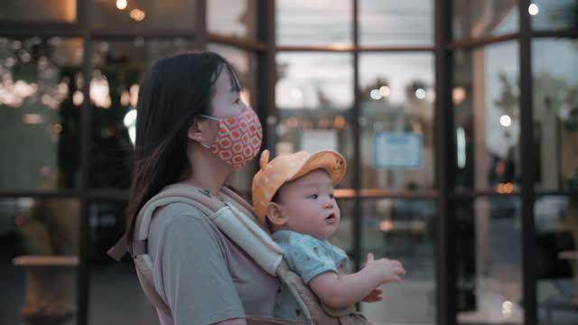 junge mutter geht mit ihrem sohn auf dem bürgersteig - 6 11 months stock-videos und b-roll-filmmaterial