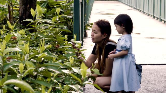 公共の公園で楽しんで少女と若い母親