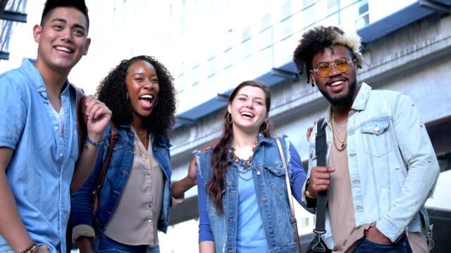 vídeos de stock, filmes e b-roll de jovens adultos multiétnicos saindo na cidade - atitude