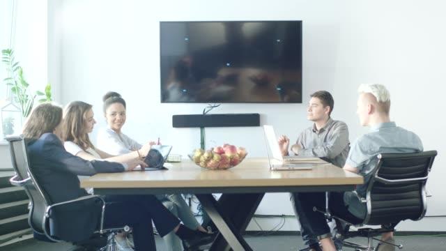 stockvideo's en b-roll-footage met multi-etnische jongeren werkt aan een oplossing van het probleem. startbedrijf - positieve emotie
