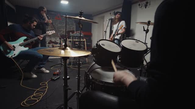 vidéos et rushes de jeunes musiciens appréciant tout en jouant leur nouvelle chanson en studio - rock moderne