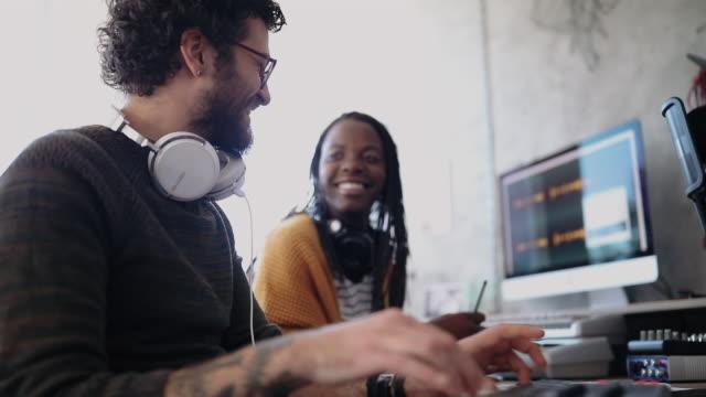 vidéos et rushes de jeunes musiciens faisant des enregistrements en studio - compositeur