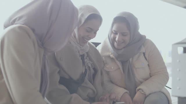 電車を待っている若いイスラム教徒の女の子 - 北ホラント州点の映像素材/bロール