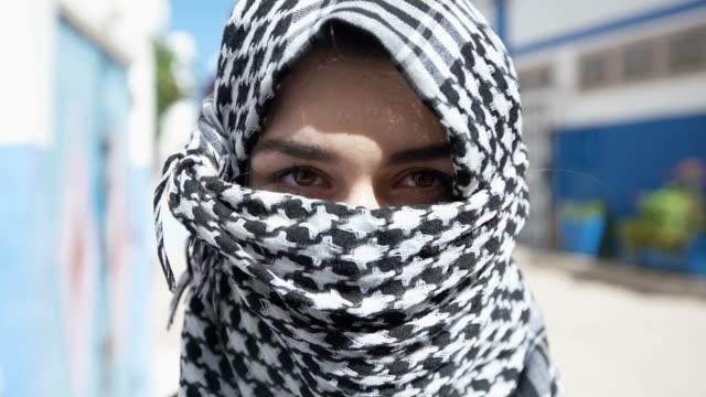 市内道路の旅行で若いイスラム教徒の女性 - モデスト・ファッション点の映像素材/bロール