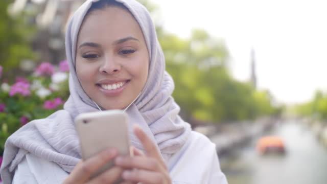 電話で若いイスラム教徒の女性 - モロッコ文化点の映像素材/bロール