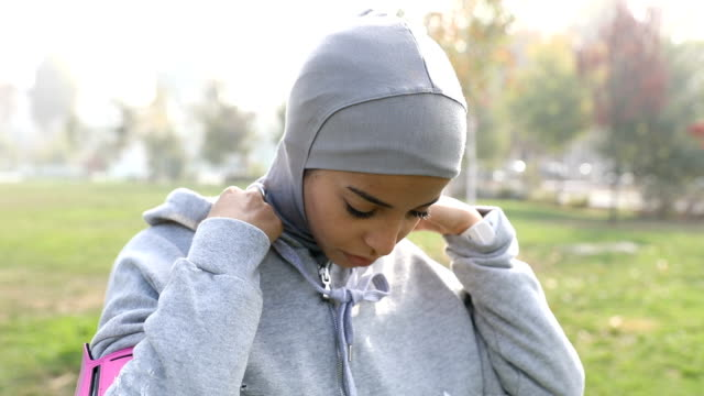 young muslim woman ready to running in the city - middle eastern ethnicity stock videos & royalty-free footage