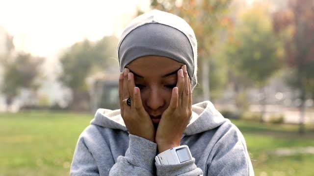 vidéos et rushes de jeune femme musulmane prête à courir dans la ville - moyen oriental