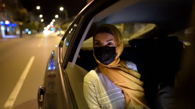 vídeos de stock, filmes e b-roll de jovem muçulmana sentada no banco de trás e olhando pela janela - yellow taxi