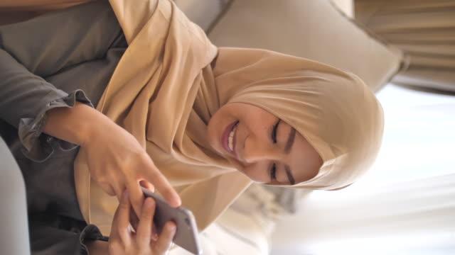 vidéos et rushes de jeunes femmes musulmanes textant des messages à la maison pendant le ramadan - hijab